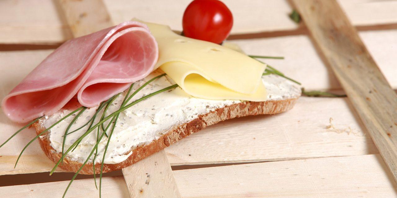 Proč chleba vždycky padá namazanou stranou dolů?