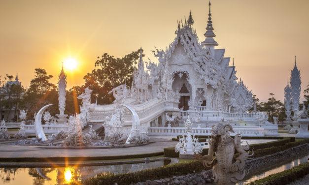 Těžko uvěříte, že tento chrám na severu Thajska je ve skutečnosti novostavbou