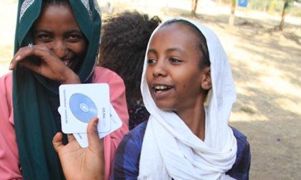 Češi postavili v Etopii školu a učí děti na počítačích pomocí pexesa