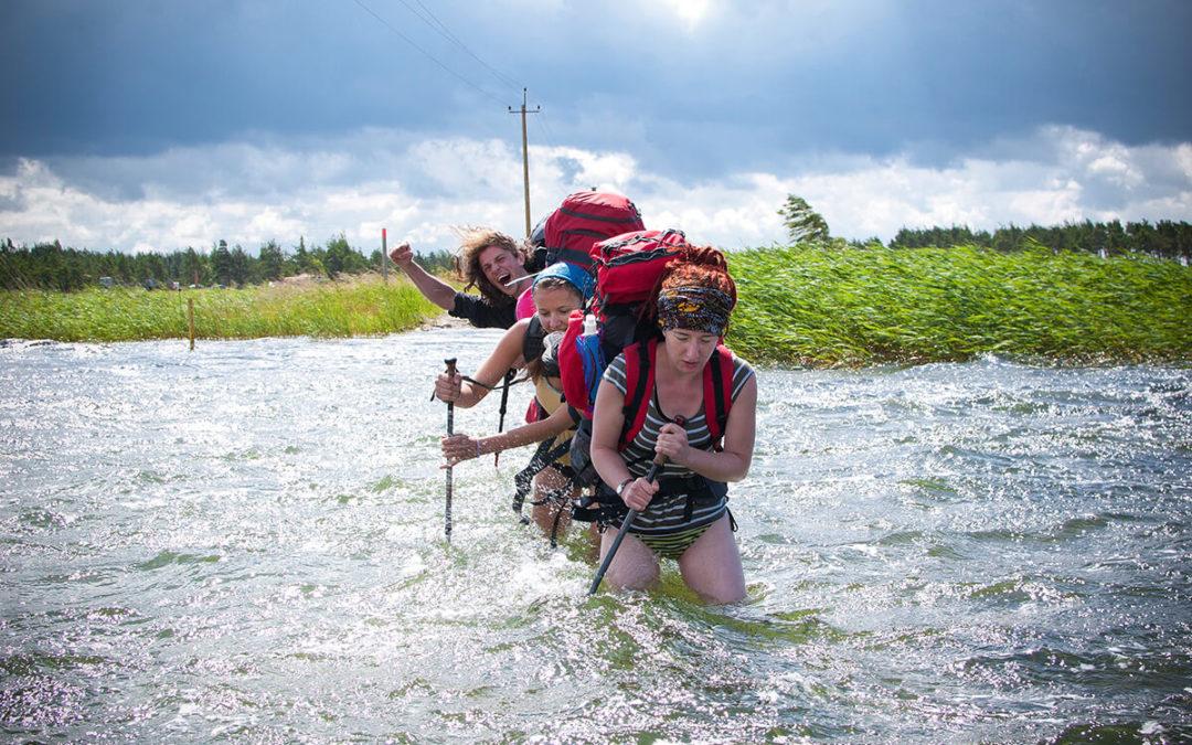 Češi vyrazili pěšky na ostrov v Estonsku