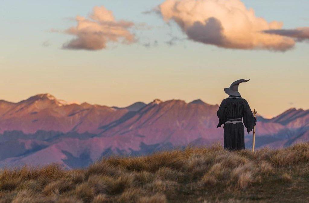 Fotograf cestuje po Novém Zélandu převlečený za Gandalfa. Jeho fotky jsou velkolepé..