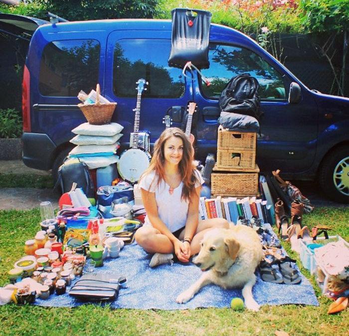Žena si zrenovovala starou dodávku a vyrazila na cestu kolem světa se svým psem