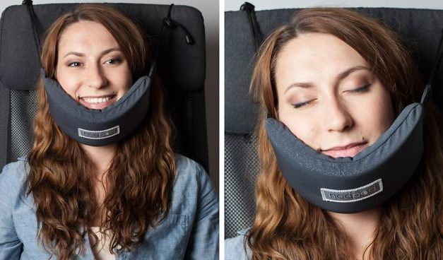 Někdo konečně vynalezl chytrý cestovní polštářek, díky kterému se pohodlně vyspíte v letadle