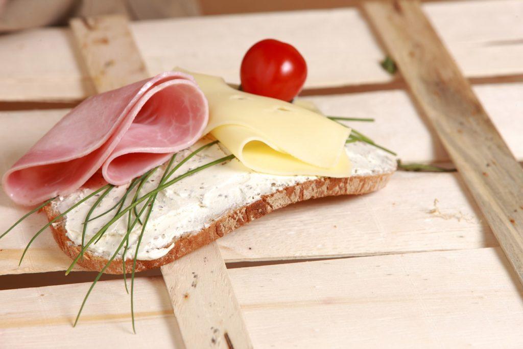 Proč chleba vždycky padá namazanou stranou dolů?2 minut čtení