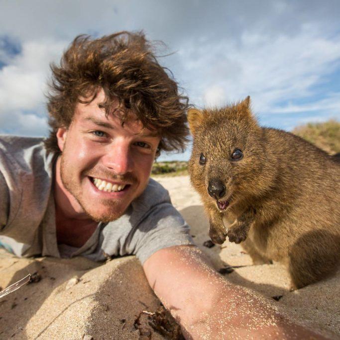 Tento kluk se již několik let živí focením selfie se zvířaty3 minut čtení
